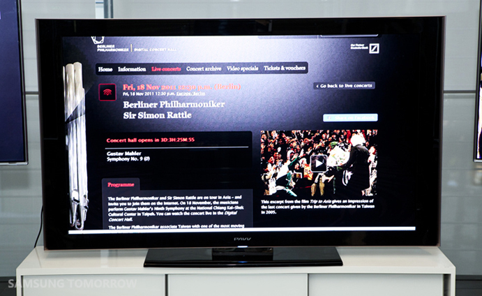 Enjoy the berlin philharmonic orchestra live in your for Samsung smart tv living room