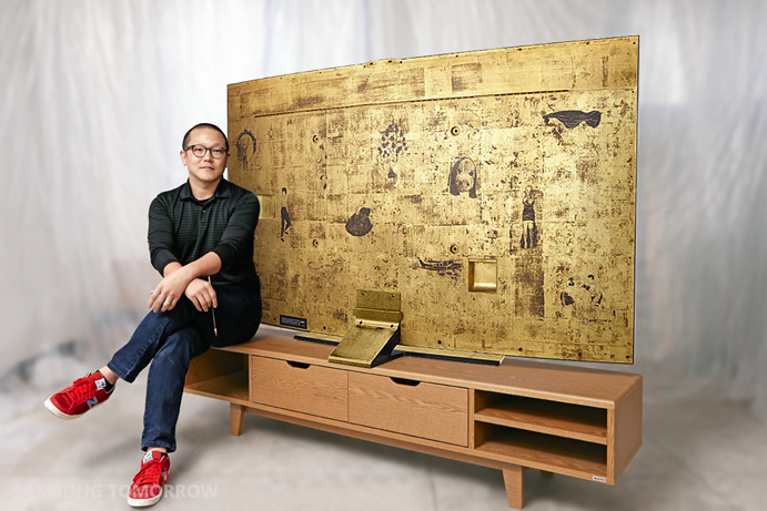 Rising Korean artist Sung Yong Hong with the Special Edition 78-inch Samsung Curved UHD TV