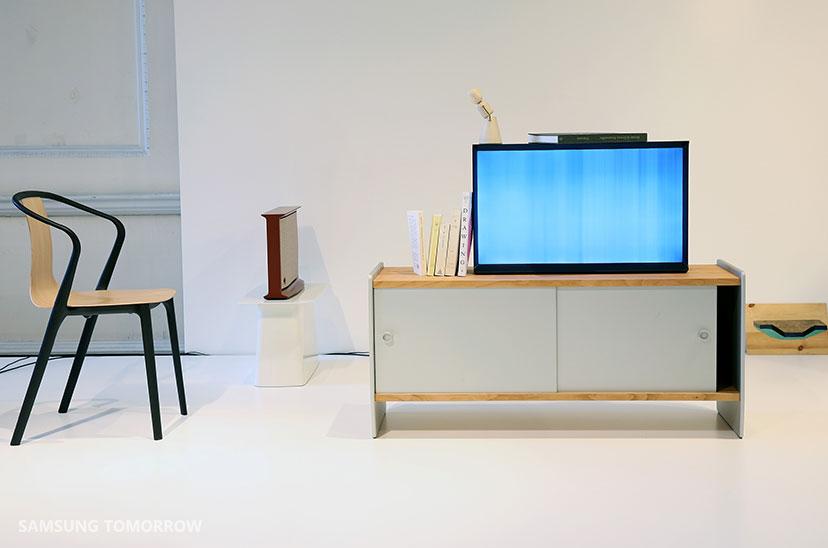 samsung serif tv redefines tv design thanks to. Black Bedroom Furniture Sets. Home Design Ideas