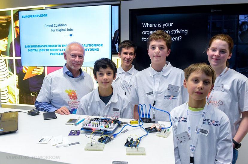 Michal Boni, MEP, meets digital creators from Samsung's Coding Masters program (Poland).