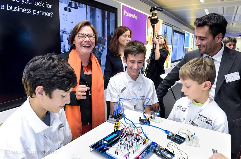 Martine Reicherts, Director General of Education and Culture (DG EAC), and Luca Perego, DG EAC, meet some of Samsung's digital creators.