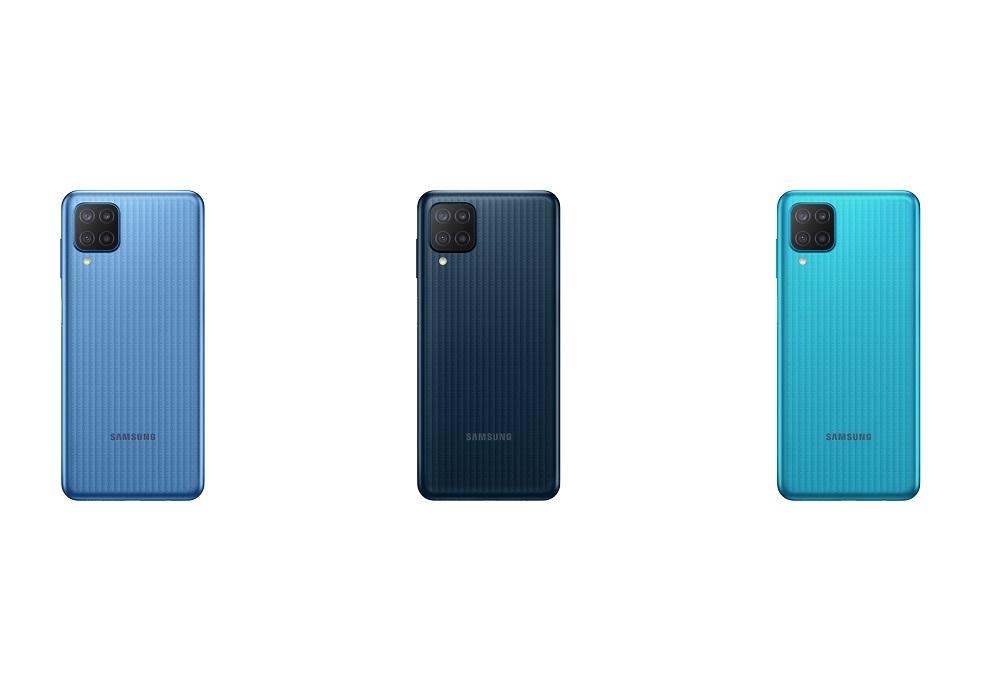 Três smartphones da Samsung Galaxy M12 lado a lado nas cores azul, preto e verde