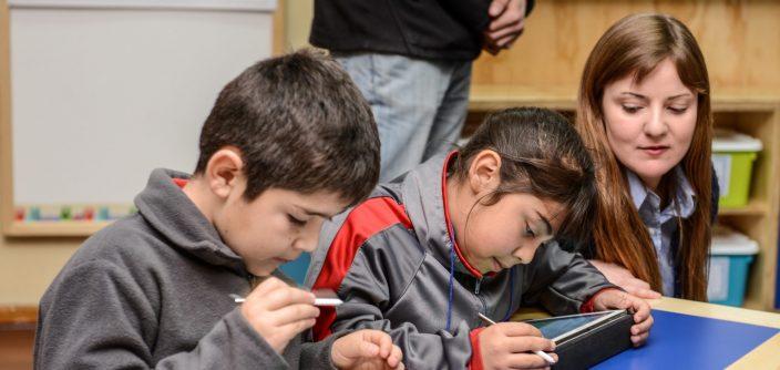niños aprendiendo con tablets