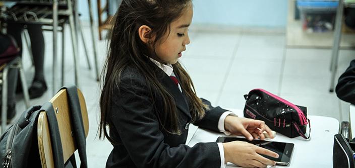 niña estudiando con tablet