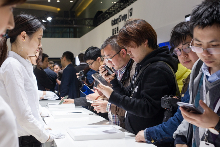 Guests get a first look at the Galaxy S7 and Galaxy S7 edge in a product experience zone.