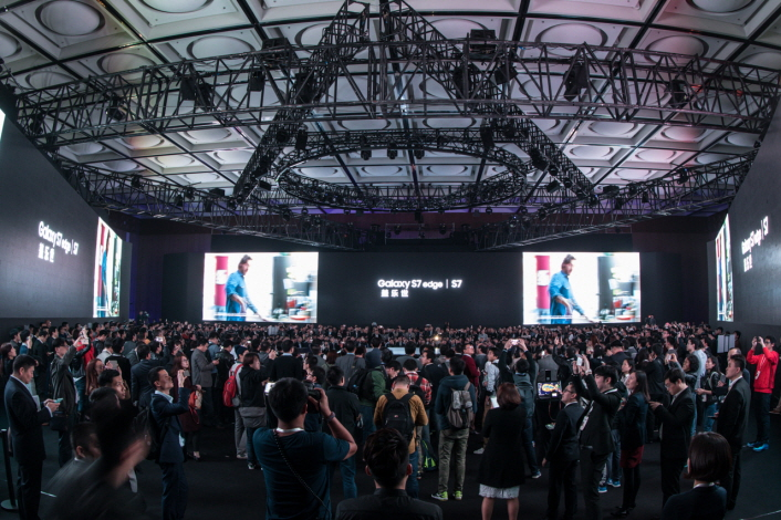 A 360-degree round stage and three-sided walls invite attendees to a new time and space.