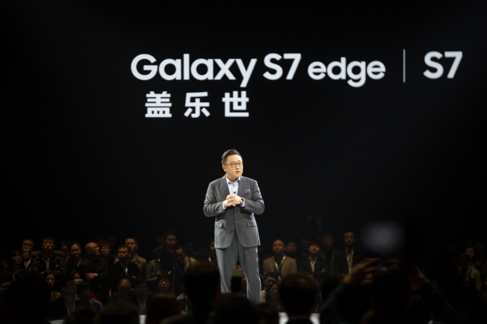 DJ Koh, President of Samsung Electronics Mobile Communications Business, opens the event with a speech addressing Samsung's commitment to the Chinese market, as well as the company's efforts to create specialized features for Chinese consumers.
