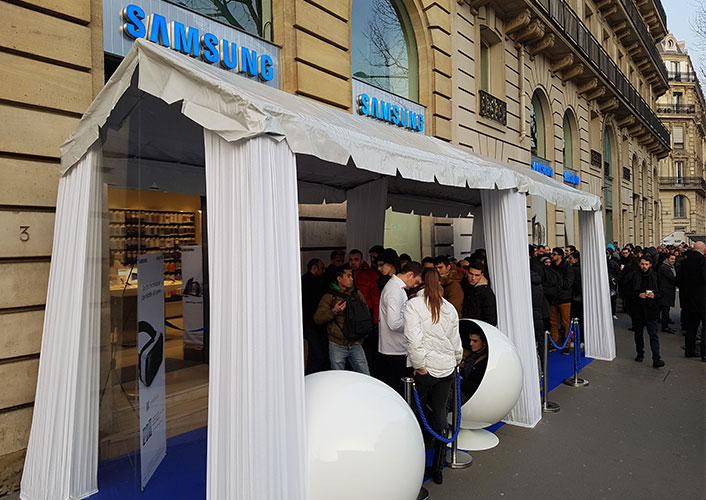 At one Samsung store in Paris, more than 100 people were waiting in line at 7 a.m., eager to buy the new Galaxy S7 and S7 edge.