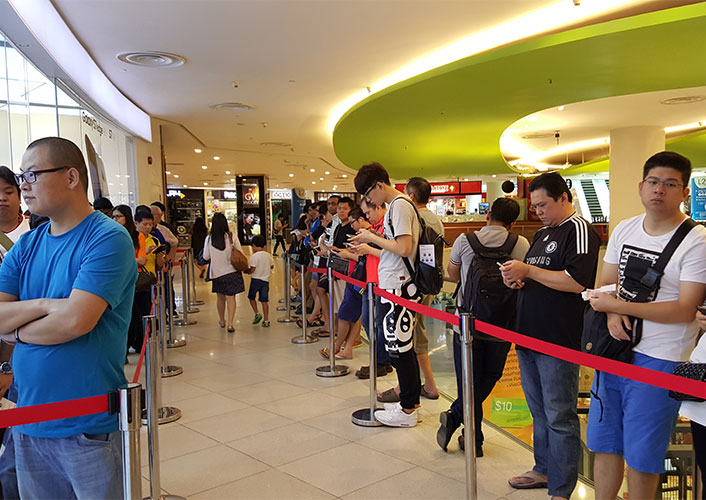 There were long lines for buying the Galaxy S7 and S7 edge in Singapore as well.