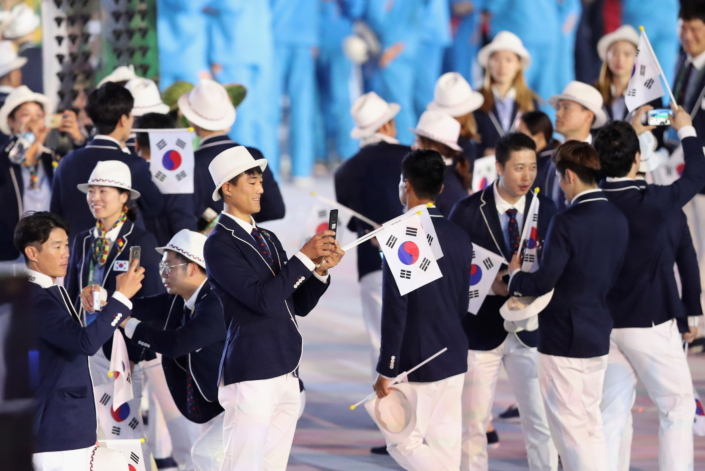 Samsung - Opening Ceremony - Athletes Using Phones