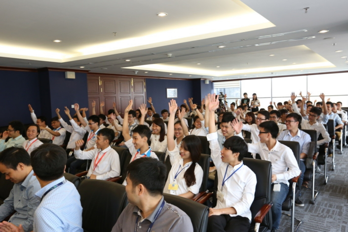 During SVMC Open Day, students learn about Samsung Electronics' history in Vietnam and engage in discussions about Samsung products and design philosophy. #2