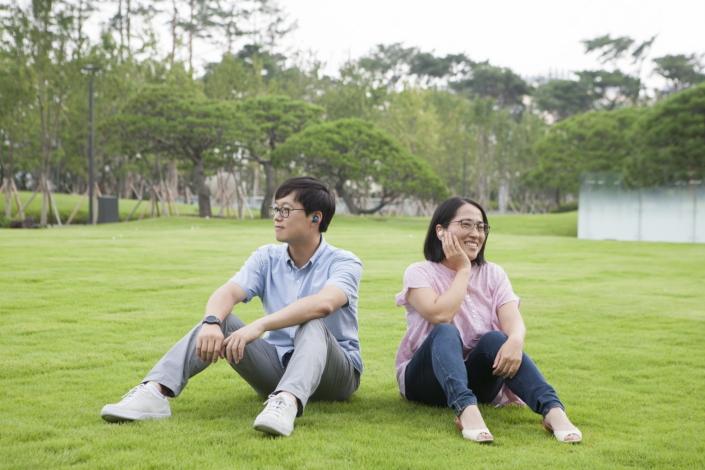 Senior Engineer Kidong Hong (left) and Principal Engineer Jiyoung Kong (right)