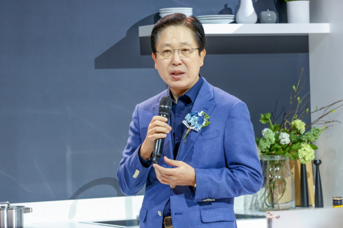 Samsung Electronics' Head of Digital Appliances Business, Byungsam Suh, greets guests to the event, highlighting Family Hub's unique ability to streamline food management, kitchen entertainment and family communication.