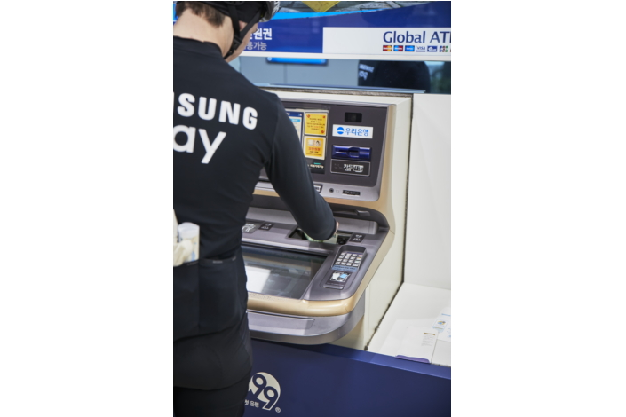 "The ""Samsung Pay on the Road"" team took advantage of the many features of Samsung Pay throughout their trip, such as withdrawing cash from ATMs."