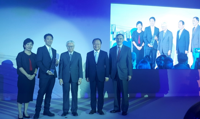 L to R - Irene Ng (VP Corporate Marketing), Ken Ding (Head of Product Innovation), President Tony Tan, Yong Sung Jeon (CEO and President) and Robert Tomlin (Chairman, DesignSingapore)