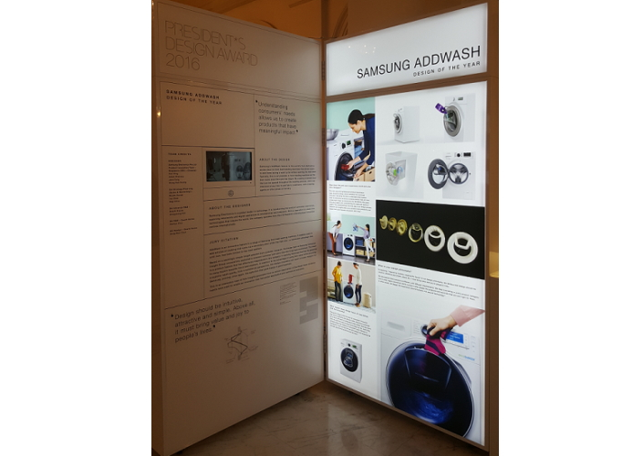 Display illustration highlighting the winning features of the Samsung AddWash washing machine.