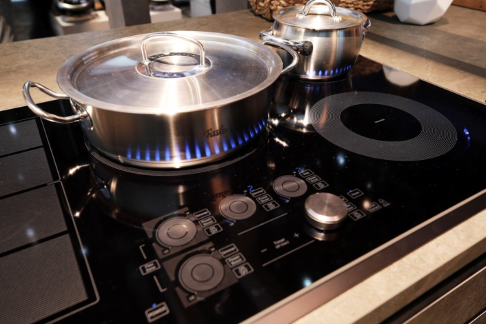The Induction Cooktop Features Heat Adjusting Flex Zone Technology, As Well  As An LED Virtual Flame™.