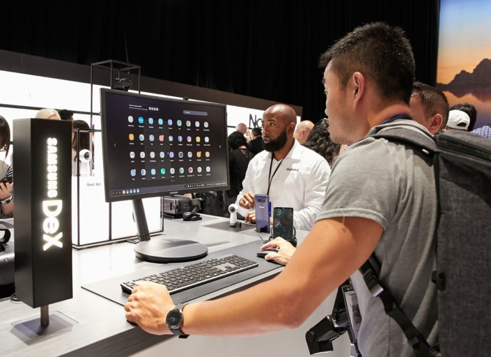 A guest gets a feel for the enhanced interface of Samsung DeX, which allows users to more easily access and search their mobile apps.