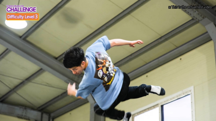 [Video] Galaxy Buds Live Challenge, Part 3: Soaring Through the Air with a Trampolinist