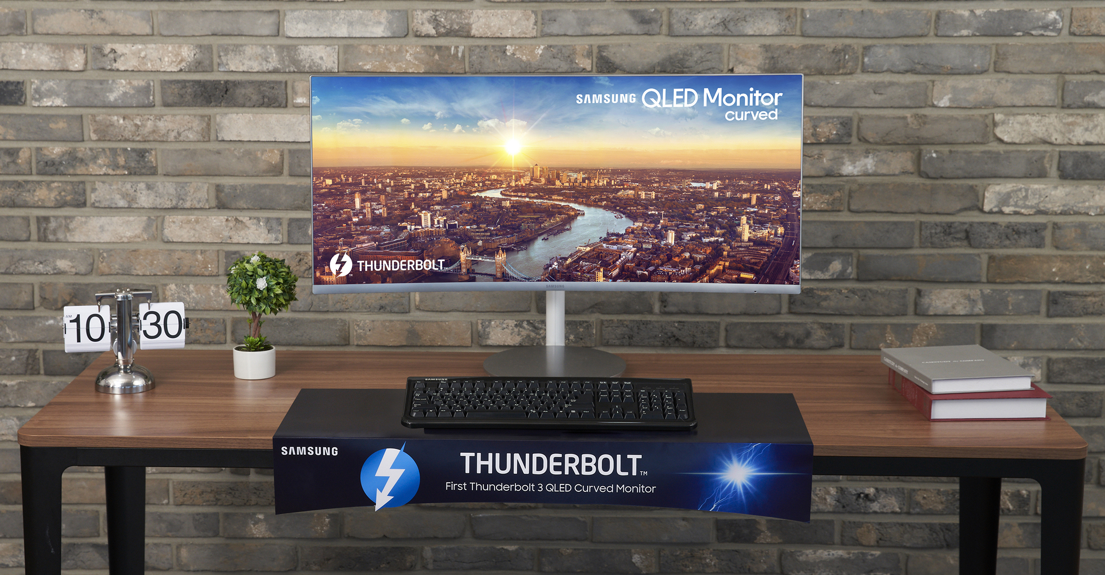 Samsung Electronics представила первый в мире изогнутый QLED монитор с интерфейсом Thunderbolt™ 3