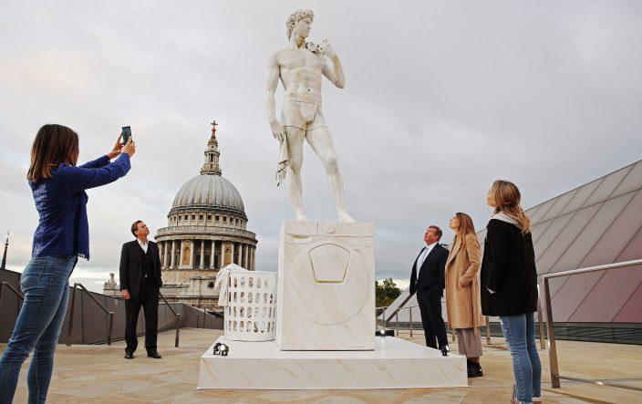 «Давид» Микеланджело и «Мыслитель» Родена занялись домашними делами