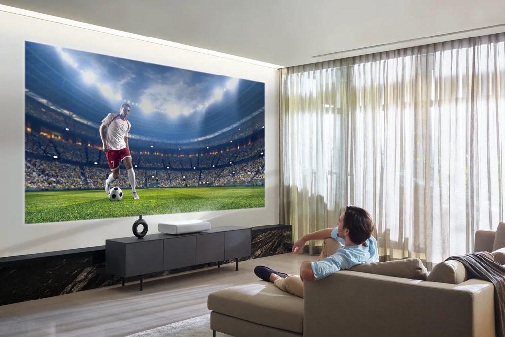 Атмосфера стадиона в вашем доме с интерьерным проектором Samsung The Premiere