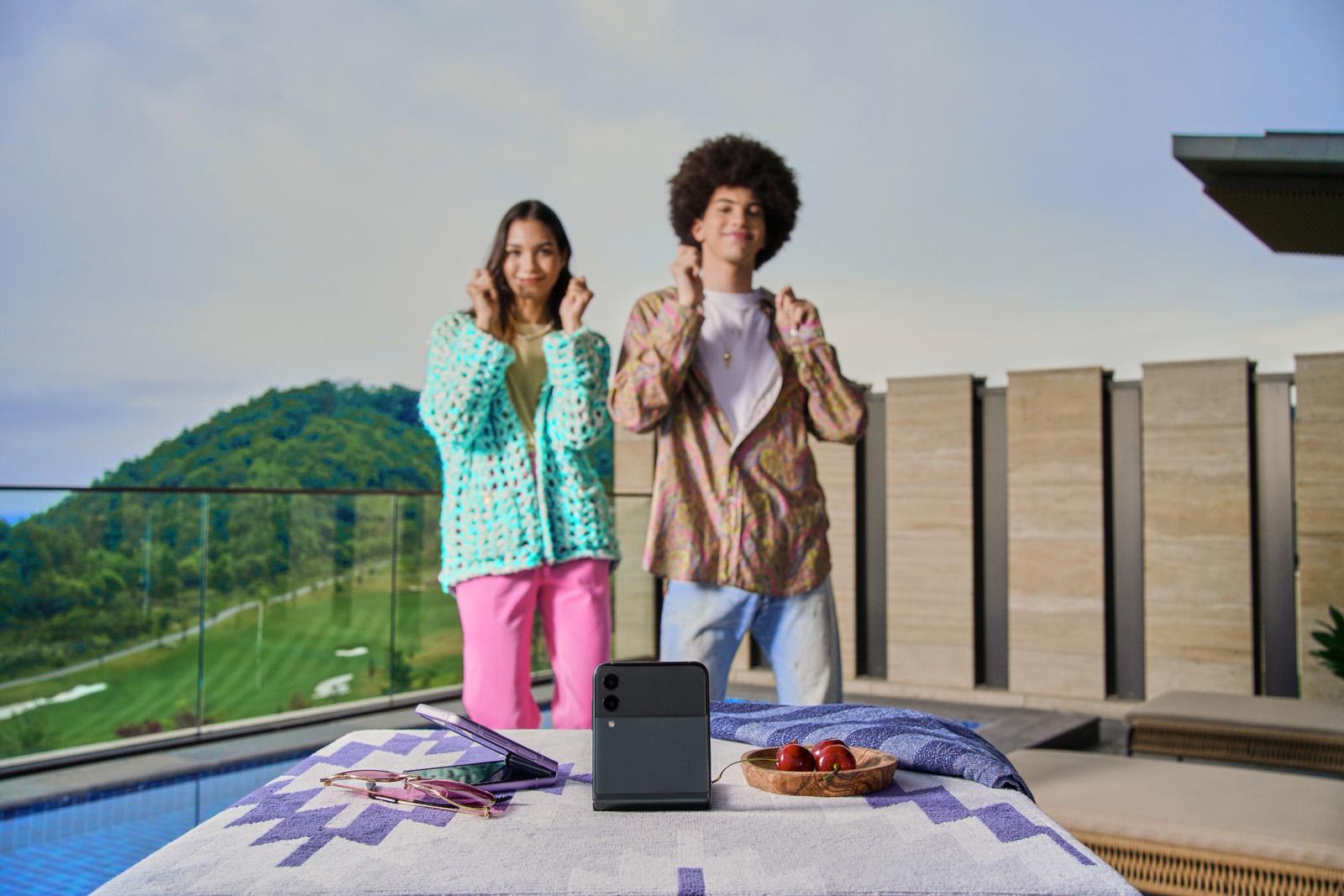 Валя Карнавал сняла первый в России клип в прямом эфире на Samsung Galaxy Z Flip3