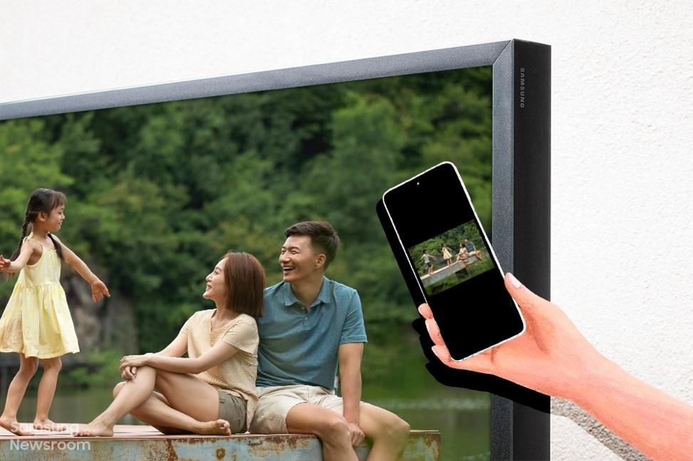 Отдых на свежем воздухе с уличным телевизором Samsung The Terrace
