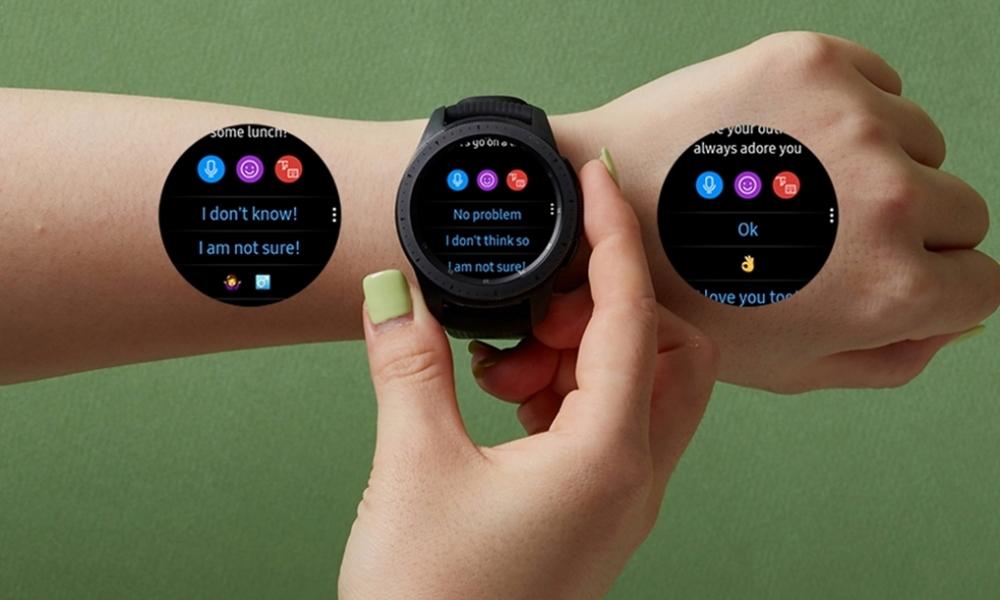 Розумний годинник пропонує відповідні варіанти відповіді, підсвічуючи рекомендовані повідомлення синім кольором